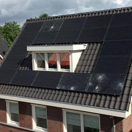 Verzekeraars stoppen massaal met vergoeden van niet zichtbare hagelschade aan zonnepanelen.